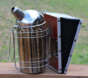 bee smoker with wire mesh